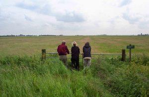 De auteur Philip Holt (links) kijkt uit over het weiland waar ooit Klaarkamp heeft gestaan